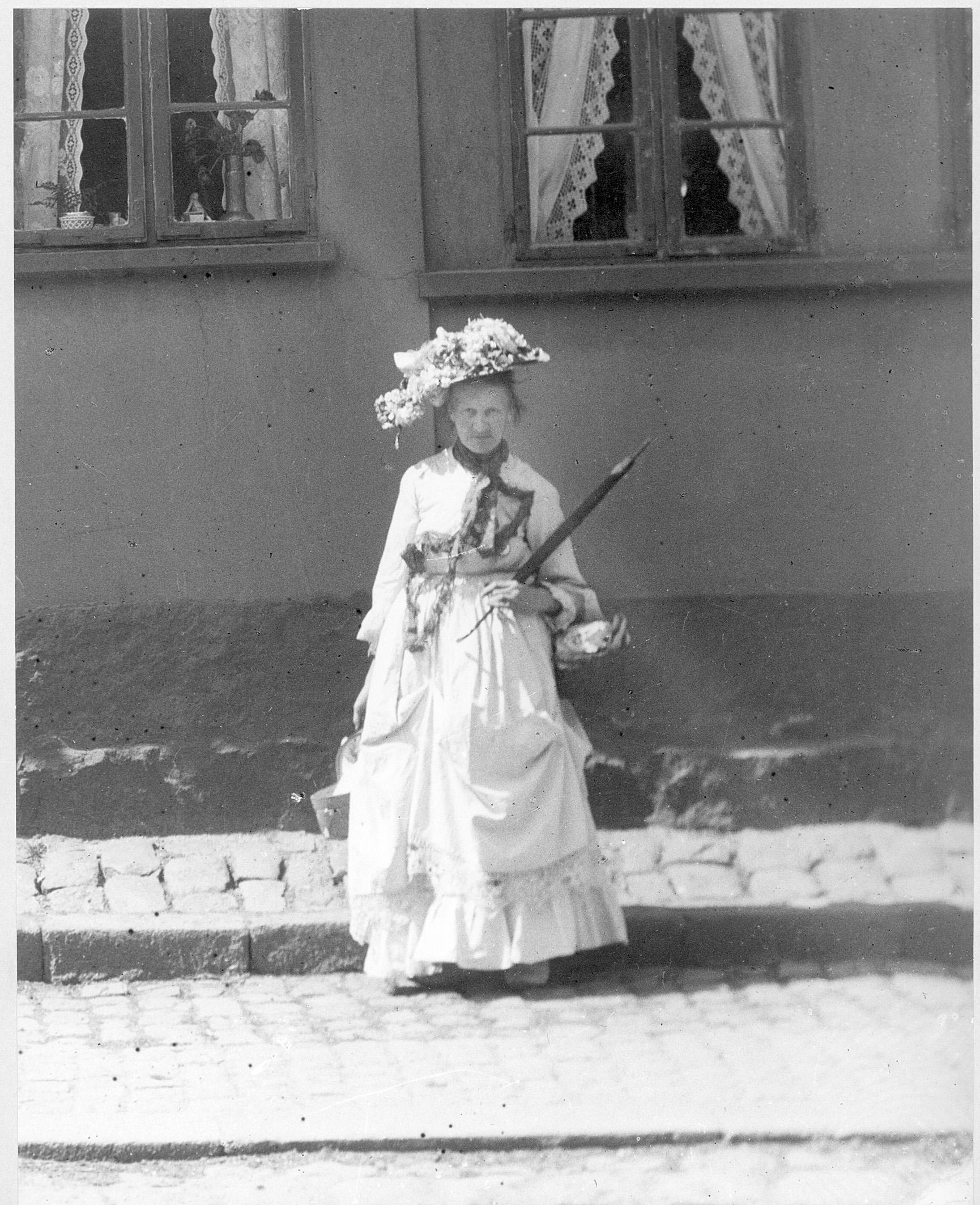 Officers-Stine foran hus på Nørrebro, ca. 1912.