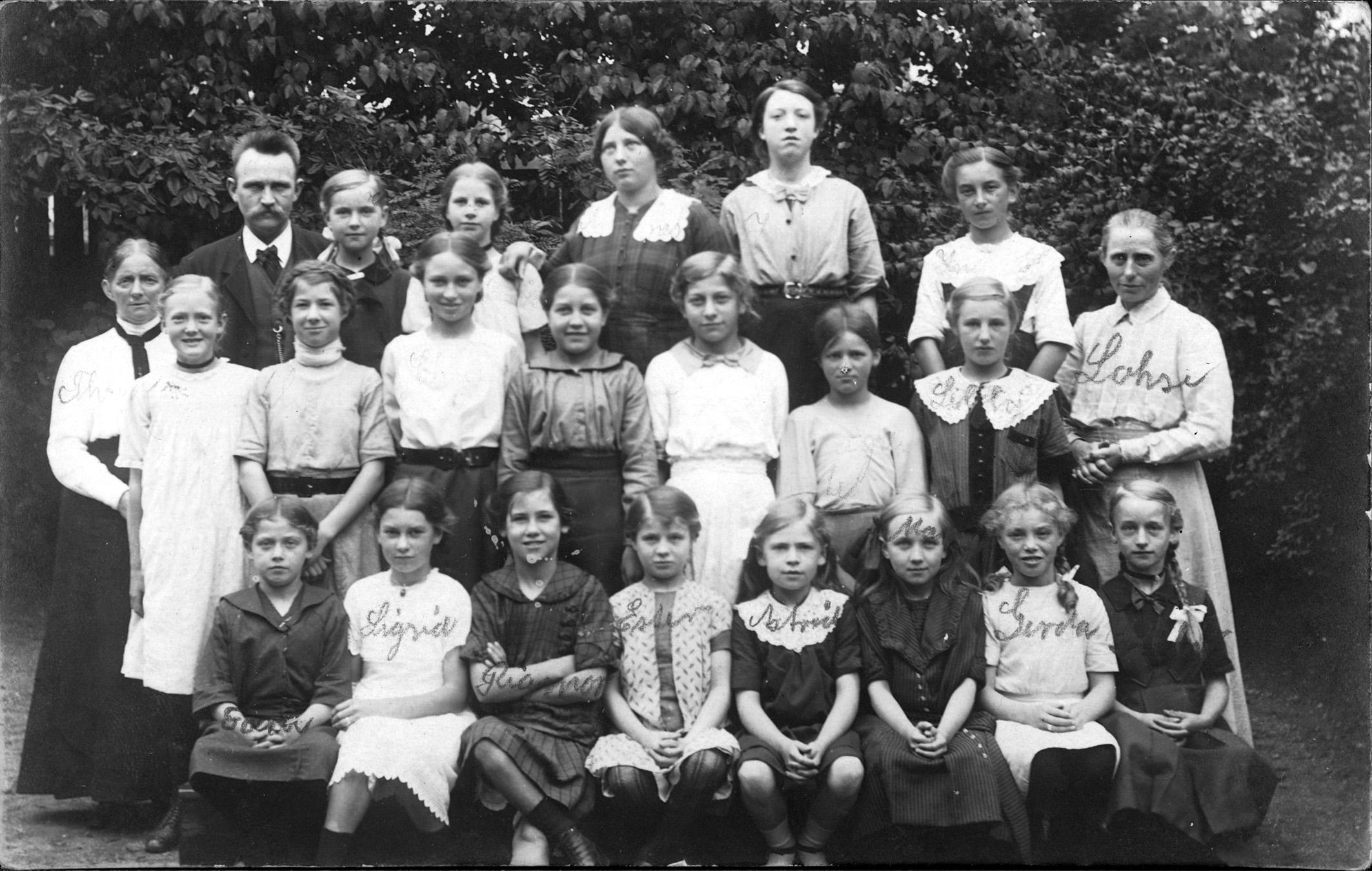 Skoleklasse med Anna Lohse, der var lærerinde på Vestre Skole 1897-1936.