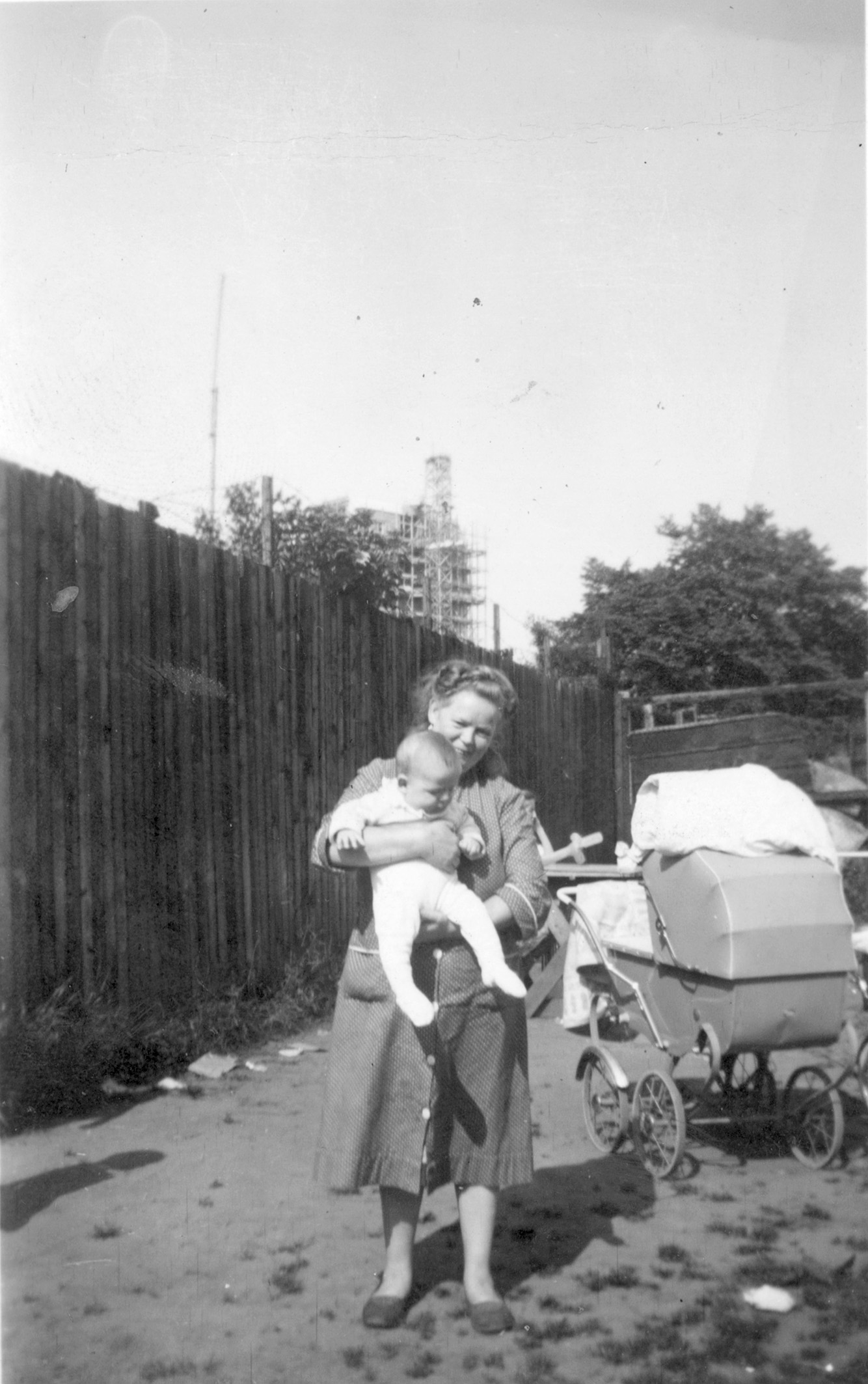 Cementenborg. Mor med baby og barnevogn 1950-60.